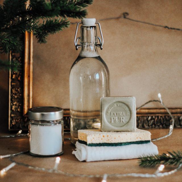 | Kaupallinen yhteistyö @greendeal.fi   Joko on joululahjat hommattu? ✨  Mietin lahjaideoita aikuisille ja erityisesti perinteisen herkkukorin tilalle jotain muuta. Kuitenkin, että lahja olisi kulutustuote enkä antaisi lahjaksi mitään ylimääräistä tai tarpeetonta. Tästä ideasta inspiroituneena lähdin kokoamaan erilaisia lahjapaketteja hyödyntäen ekopesuaineita ja luonnonkosmetiikkaa. Hyödynsin GreenDealin isoja pakkauskokoja, joista jaoin tuotteita purkkeihin tai pulloihin. Tällätavoin lahjasta tulee paitsi visuaalisesti kauniimpi, myös säästää rahaa.  Paketoimisessa voi hyödyntää kierrätysmateriaaleja. Kirpputoreilta ja kierrätyskeskuksista voi löytyä vanhoja astioita ja kulhoja. Lasipurkit ja -pullot sopivat täydellisesti pakkauksille ja kotoa vanhoja pakettinaruja voi käyttää aina uudestaan. Sen lisäksi luonnonmateriaalit kuten kuusenoksat tuovat koristeluun jouluista fiilistä.  Blogissa kolme erilaista zero waste -hengessä toteutettua lahjaideaa ja pakettia aikusille. 🌿 __________________________ #vaikuttajamedia #roosablom #ekoperheet #ekosome #zerowastefinland #nollahukka #ilmastonmuutos #muoviton #ekovinkit #säästäluontoa #ekologinen #lowwaste #goingzerowaste #wastefree #zerowastehome #ekopesuaineet #unitmarkt #earthmatters @luonnonkosmetiikka #vastuullisuus #ekopesuaineet #vihreävalinta #greendeal #greenscents