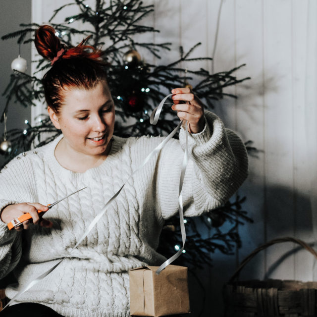 """Joulu lähestyy ja samalla päästään taas tähän joka vuotiseen keskusteluun eli mikä on ekologisin joulukuusi. Aikaisemmin keskusteluissa on verrattu vain muovikuusta ja aitoa kuusta. Nyt keskusteluihin on tuotu yksi uusi näkökulma lisää, kun markkinoille on tuotu vuokrattavat aidot joulukuuset. 🌲  Muovikuusen hyviä puolia on sen pitkäikäisyys. Kuitenkin muovikuuset ovat muovia ja valmistettu pääasiassa öljystä. Ne ei ole valmistettu ympäristöystävällisesti eivätkä tullessaan tiensä päähän ole ympäristöystävällisiä hävittää.  Uusin markkinoille tullut liiketoiminta on aitojen joulukuusien vuokraus. Kuuset toimitetaan kotiin ruukuissa ja joulun jälkeen ne istutetaan takaisin maahan. Yrittäjä kertoo Aamulehden artikkelissa, että viime vuonna vuokratut kuuset eivät selvinneet uudelleen istutettuna kesän yli.  Aito joulukuusi on perinteisin ja varmaan yksi yleisimmistä vaihtoehdoista. Ei voi vetää mutkia suoriksi ja sanoa, että aito kuusi on ekologisin joulukuusi. Tässäkin nimittäin on muutamia asioita, jotka kannattaisi huomioida. Tällä hetkellä vaihtoehtoja on perinteisistä luonnossa vapaana kasvaneista metsäkuusista aina istutettuihin ja jalostettuihin kuusiin. Tällä hetkellä tuntuu, että perinteiset metsäkuuset eivät täytä joulukuusen ulkonäkökriteerejä sillä ne eivät ole niin tuuheita kuin jalostetut kuuset. Tällä hetkellä ulkomailta kuljetetaan Suomeen erilaisia """"kahdenkympin"""" aitoja joulukuusia. Kuinka ekologista ja järkevää se on?  Miten tästä voi tietää mikä on ekologisin joulukuusi ja vaihtoehto? 🤔  En usko ikinä siihen, että kaikki vaihtoehdot toimivat kaikille. Asioita voi lähestyä monesta näkökulmasta. Aion tunkea nyt lusikkani tähän soppaan ja avata omia mietteitäni. Kuulen myös mielelläni teidän mietteitä tästä aiheesta. Lisää aiheesta löytyy blogista. ✨  Millainen joulukuusi teille tulee? 🎄 ________________________ #roosablom #vaikuttajamedia #ekosome #ekoperheet #ajatuksia #zerowastefinland #nollahukka #ilmastonmuutos #muoviton #ekovinkit #säästäluontoa #"""