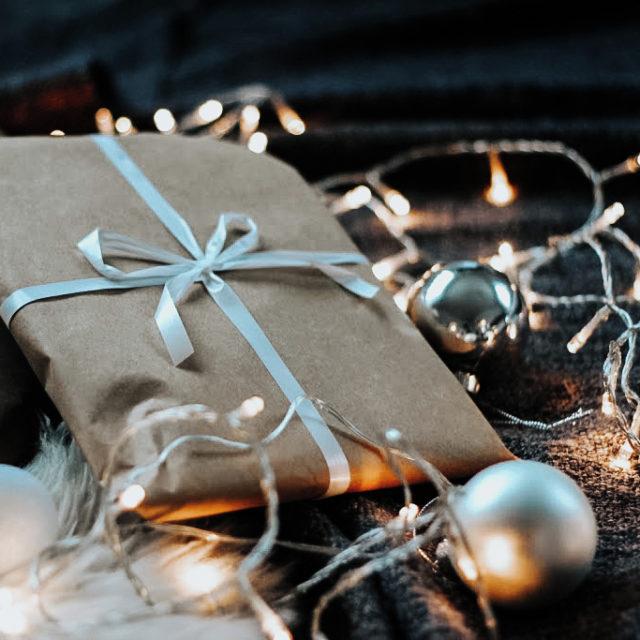 10 VINKKIÄ PAKETOIDA LAHJAT EKOLOGISEMMIN 🎁🌿  1. Säästä kaikkea mahdollista mihin voisi lahjoja paketoida ja hyödynnä niitä materiaaleja mitä kotoa löytyy jo.  2. Käytä lahjapaperit uudelleen. Avaa siis saamasi lahjat varovasti! 3. Käytä lahjakassit uudelleen. 4. Silkkipaperi (myös verkkokauppatilausten mukana tulevat). Silkkipaperilla voi varovasti paketoida myös lahjapaperin sijasta. Silkkipaperilla saa lahjan tuntumaan vielä ylelliseltä. 5. Voimapaperi. Trendikäs ja valkaisematon hieman paksuhko paperi. Jos siis uutena tarvitsee paperia ostaa niin mielummin voimapaperi kuin lahjapaperi. Lahjapaperi on usein pinnoitettu muovilla.  6. Sanomalehdet ja aikakausilehdet. Ja niistä etsiä värimaailmaltaan tai kuviltaan kivoja sivuja.  7. Kankaat. Tutustu furoshikiin, joka on japanilainen perinne, jossa lahjat kääritään erilaisiin kankaisiin. Googlettelemalla löytää hyviä ideoita ja vinkkejä tähän. 8. Kenkälaatikot tai muut boksit. Ulkonäöltään siistit tai jonkun pienen logon voi peittää vaikkapa tarralla. Kenkälaatikot voi myös maalata. Ja hei, tietenkin käyttää uudelleen seuraavana vuonna. 9. Kirjekuoret. Jos saat kortin yms kirjekuoressa jota ei ole liimattu kiinni eikä siinä ole tekstejä niin säästä. Ne voi hyödyntää uudestaan. 10. Pakettikortit voi myös käyttää uudelleen seuraavana vuonna. Jos pakettikorttiin kirjoittaa vain lahjansaajan nimen voi kortin helposti säästää. Kun yhtenä vuonna näkee vaivaa ja askartelee kauniit pakettikortit ovat ne ilosilmälle monena vuonna.  Miten sinä aiot paketoida lahjat? ✨ _____________________ #vaikuttajamedia #ekosome #ekoperheet #ajatuksia #zerowastefinland #nollahukka #ilmastonmuutos #muoviton #ekovinkit #säästäluontoa #ekologinen #lowwaste #goingzerowaste #wastefree #vastuullisuus #joulukoti #joulunaika #joulu2020 #joulu