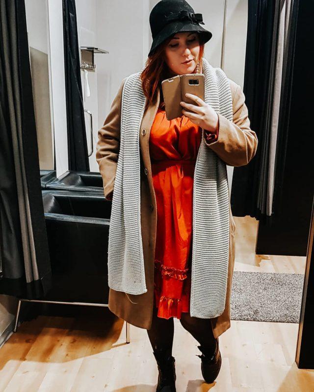 Rakastan vintage-vaatteita 😍  Tänään laitoin pitkästä aikaa pipon sijasta 100% villaa olevan vintagehatun, jonka oon ostanut kierrätyskeskuksesta muutamalla eurolla vuosia sitten.  Takki on myös vintagea. Muistaakseni Fidalta ostettu. Huivi on @vogliafinland 👌  Tää mekko on sama jonka esittelin storyssa aikaisemmin tällä viikolla. En oo koskaan saanut niin paljon kommentteja yhteen storyyn kuin tuosta mekosta. Te rakastuitte tähän myös. Ja onhan se nyt ihana ja hinta oli vaan 8,5 euroa 😍  Koen, että tää outfit on aikalailla mun tyylinen, vaikka mut ehkä näkeekin kylällä usein urheilulegginsseissä ja jättitoppatakissa 😅  Onks muita vintagevaatteiden rakastajia? 🙋♀️ ___________ #vaikuttajamedia #secondhandstylefinland @secondhandstylefinland #zerowastefinland #vaatevallankumous #whomademyclothes #secondhand #secondhandstyle #trifted
